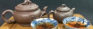Théières et tables à thé en bambou avec deux tea cup de puer ou pu'erh