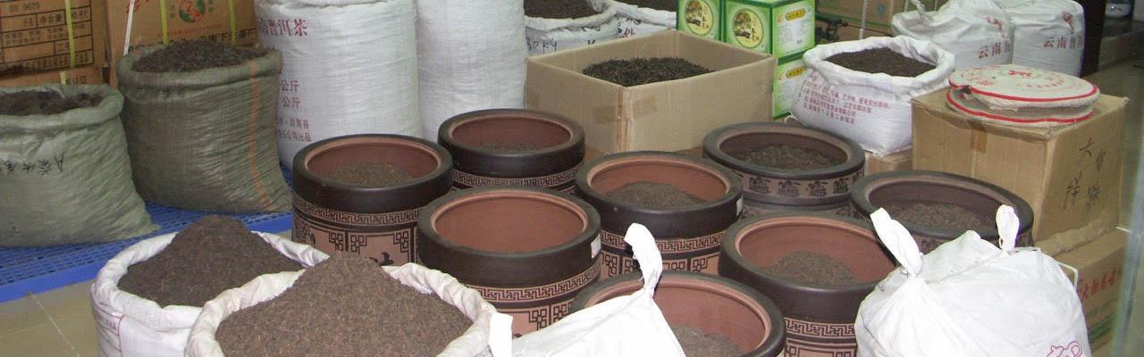 Puer ou Pu'erh en vrac en sac et en pot au marché au thé de Guangzhou Canton Chine