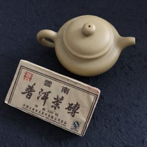 C031 théière grès Yixing Jiangsu Chine et thé puer pu'erh