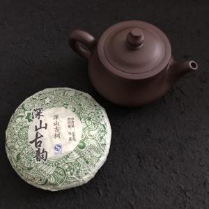 C032 théière grès Yixing Jiangsu Chine et thé puer pu'erh