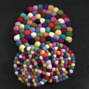 Set dessous de plat et de tasse en perles de laine du Népal N034